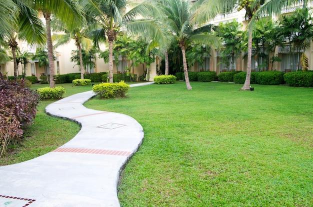Садовая каменная дорожка с травой
