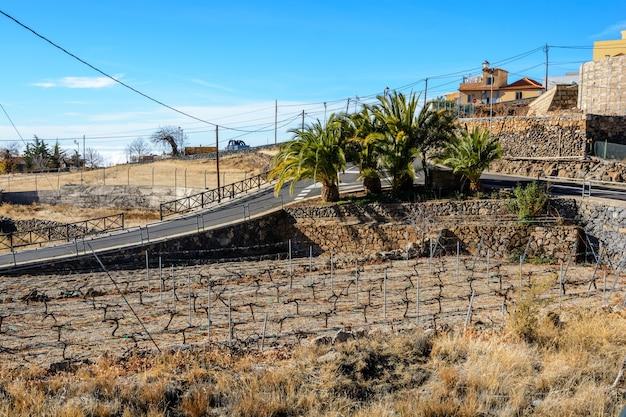 계단이 있는 정원 테라스. 언덕마을. 아름다운 산촌.