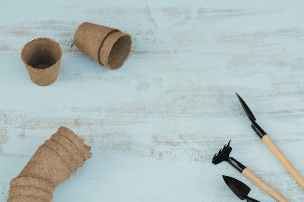 정원 도구와 나무 배경에 갈색 냄비 공예. 원예 및 심기 평면 평신도 개념