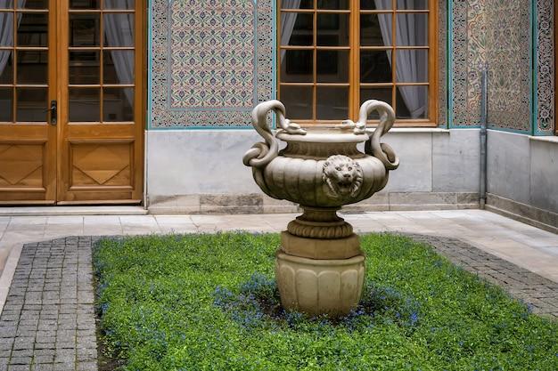 リヴァディアの最後のロシア皇帝ニコライ2世のクリミアの住居のパティオにある庭の花瓶