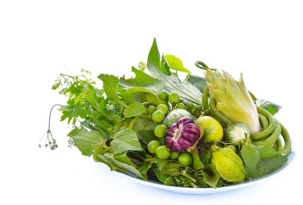 Садовые овощи на белом