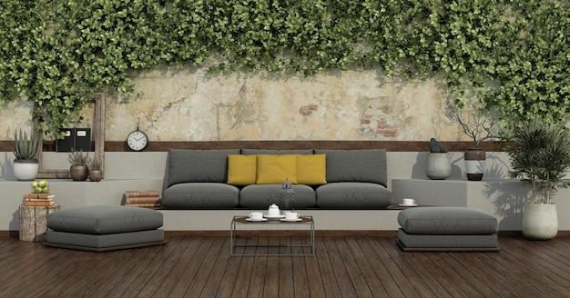 Сад с плющом на старой стене и серым диваном, желтой подушкой, табуреткой на деревянном полу - 3d-рендеринг