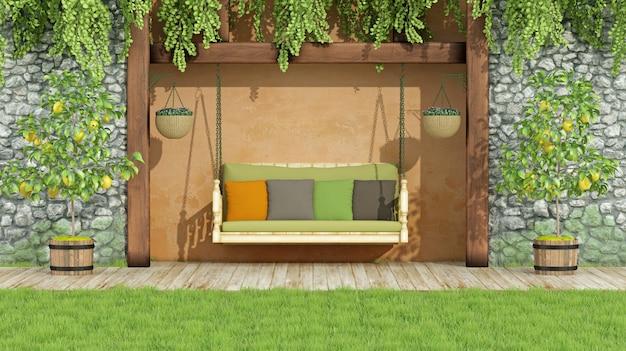 Сад с качелями с яркой подушкой