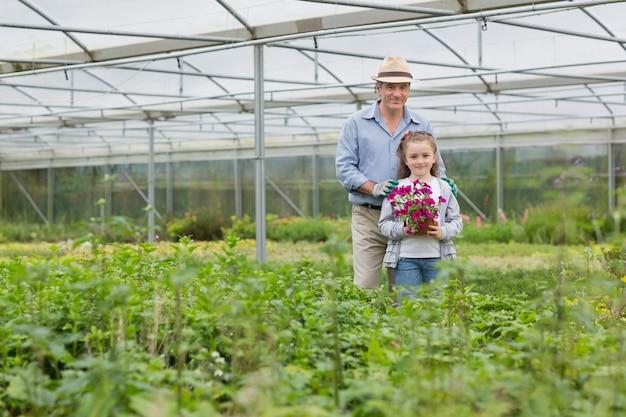 庭師と孫を持つ花