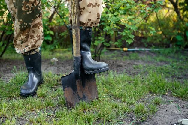 庭師が庭を掘っています。園芸。