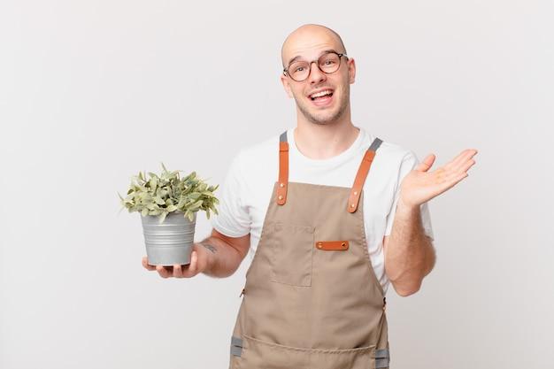 幸せ、驚き、陽気を感じ、前向きな姿勢で笑い、解決策やアイデアを実現する庭師の男