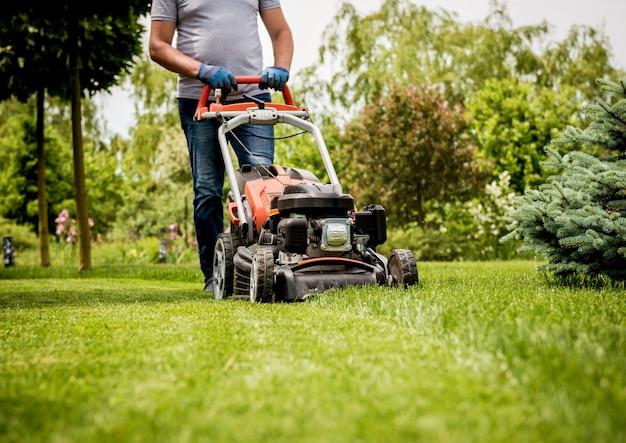 Садовник косит газон. ландшафтный дизайн. зеленая трава фон