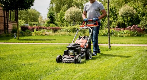 잔디를 깎고 정원사. 조경 설계.