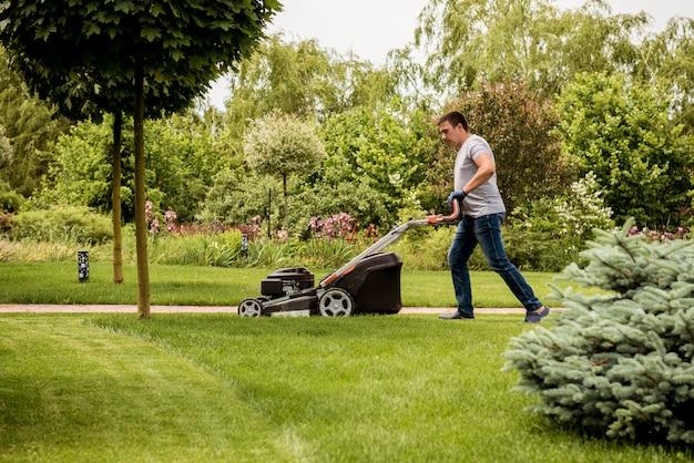 잔디를 깎고 정원사.