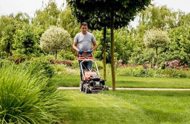 Садовник косит газон.