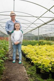 温室内の孫娘と庭師