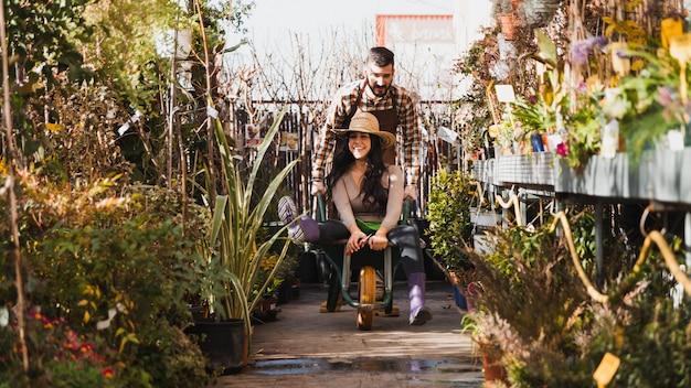Giardinieri che guidano carriola