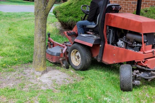 ガーデニング活動、日当たりの良い庭で草刈り芝刈り機を刈る芝刈り機