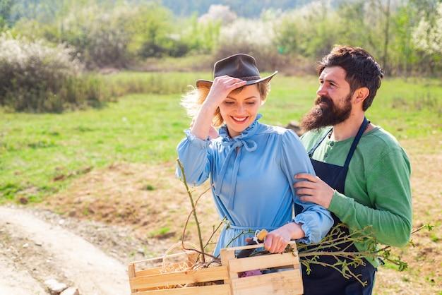 Садоводство, сельское хозяйство и люди концепции. прекрасная пара весенним днем.