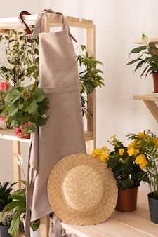 Концепция садоводства с фартуком и шляпой
