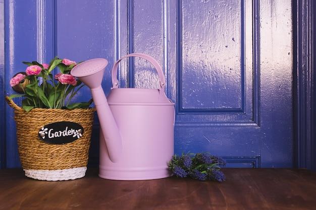 散水缶と花のガーデニングコンセプト