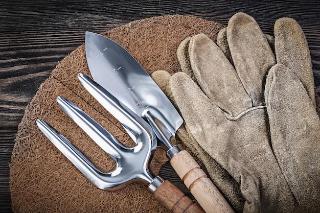 ガーデニング機器と木製のテーブル上のツール