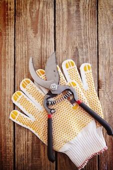 園芸用手袋と剪定はさみ