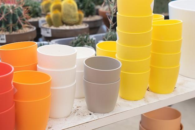 カラフルな植木鉢のある園芸店