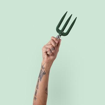Forchetta a mano per attrezzi da giardinaggio tenuta dalla mano di una donna