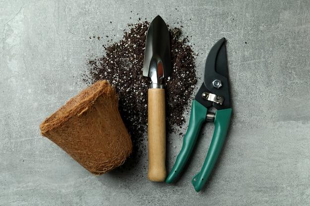 Садовые инструменты на сером текстурированном, вид сверху