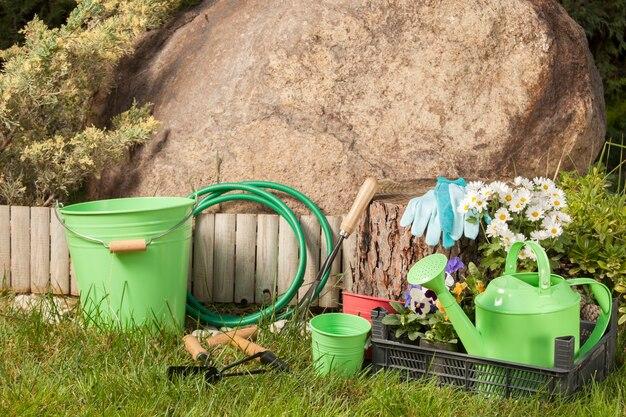庭の芝生の上の園芸工具
