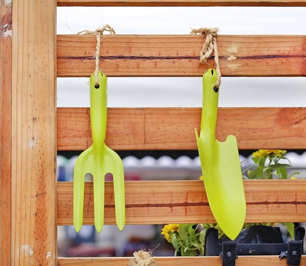 나무 배경-포크와 삽에 원 예 도구