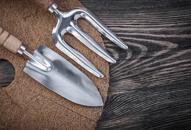 木製のテーブルのガーデニングツール