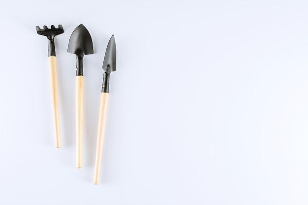 원 예 도구, 삽 및 흰색 바탕에 갈 퀴. 텍스트를 놓습니다.