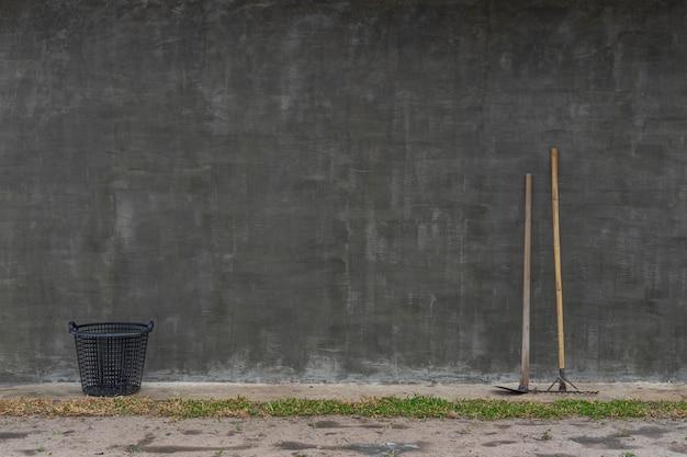 ガーデニング ツール スペードとロフト スタイルの壁の背景に熊手