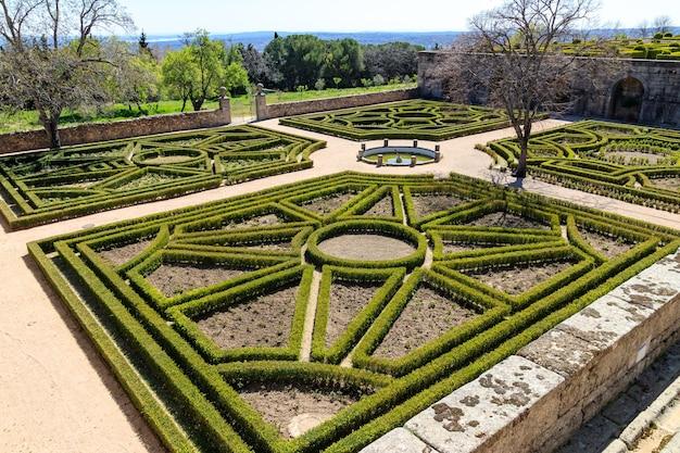 마드리드의 el escorial 왕립 수도원 정원. 유네스코.