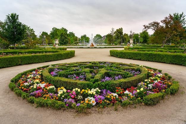 Aranjuez spain의 왕궁에 화려한 꽃과 관목 울타리가있는 정원