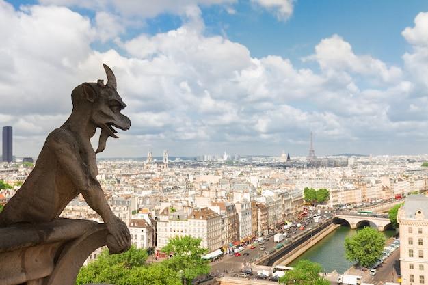 Горгулья парижа на соборной церкви нотр-дам и городской пейзаж парижа, франция
