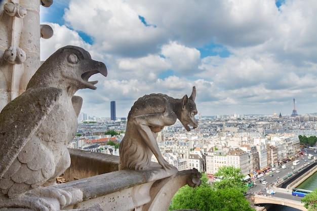 Горгулья парижа на соборной церкви нотр-дам и городской пейзаж парижа с эйфелевой башней, франция