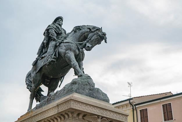 이탈리아 로비고에 있는 말 디테일이 있는 가리발디 동상