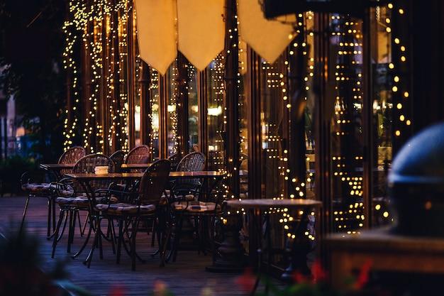 カフェの外にあるガーランドの常夜灯。