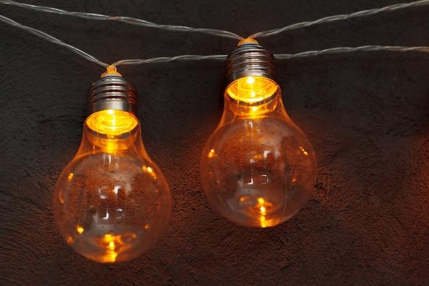 暗闇の中で電球ランプのガーランド