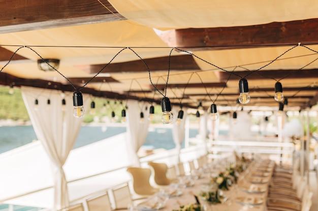 結婚披露宴の宴会テーブルの上のledランプの花輪