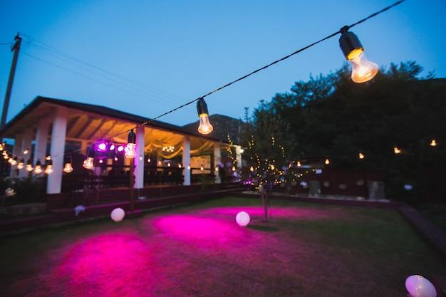 結婚式のライトの花輪は夜の宴会を飾ります