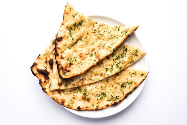 にんにくとコリアンダーのナンを皿に盛り付けたもので、ラースン風味のインドのパンまたはロティの一種です。