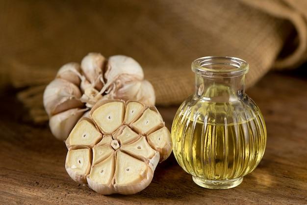 自然の背景に分離されたニンニクと油。