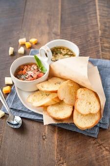 Чесночный хлеб с заправкой для салата