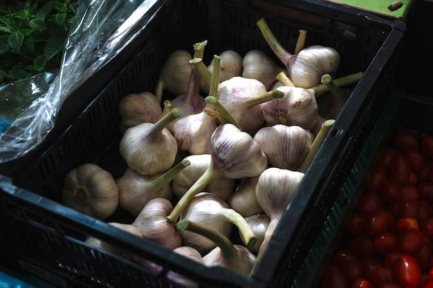 Bulbi di aglio nella cassa di plastica
