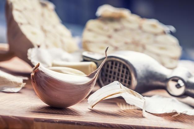 Чеснок. пучок свежего чеснока с зеленью сельдерея.