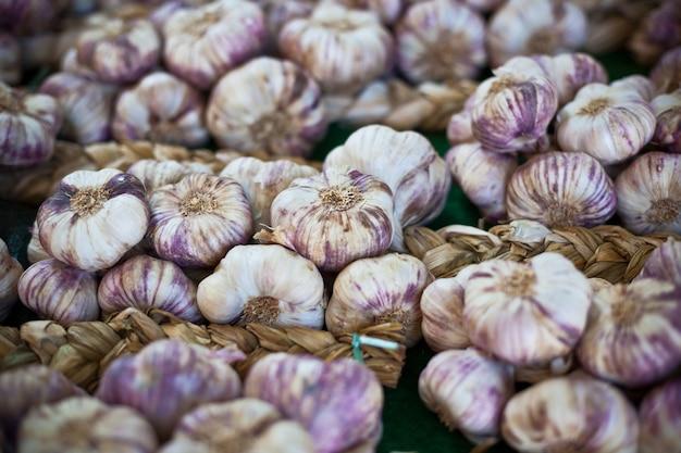 Пучки чеснока на фермерском рынке