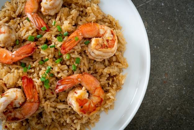 Чесночный жареный рис с креветками или креветками