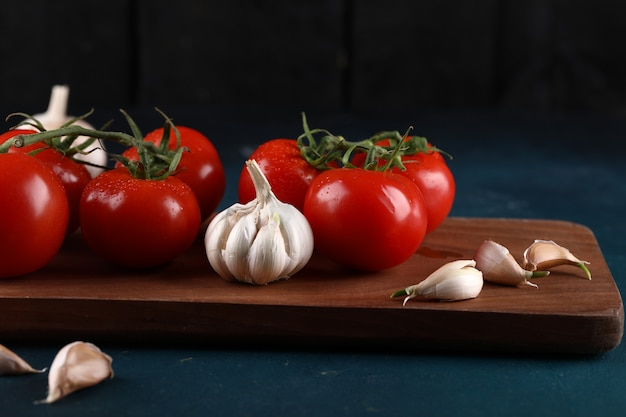 Garlic gloves and tomatoes.