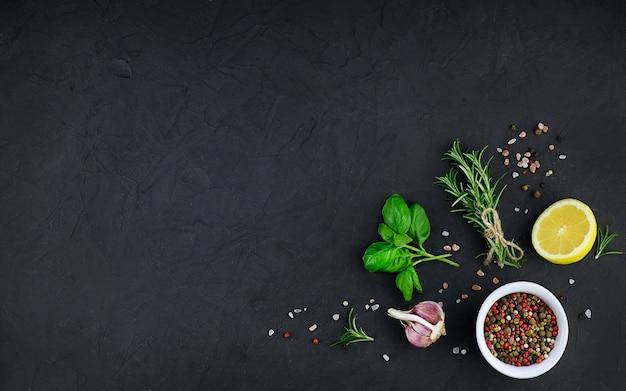 黒の背景にニンニク、オイル、スパイス。高品質の写真