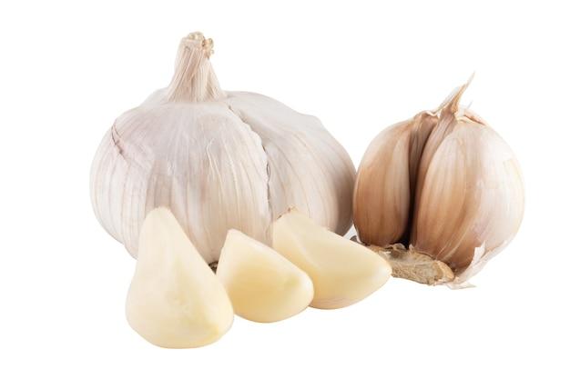 白い背景のニンニク、ニンニクは薬用植物であり、一種のスパイスです。