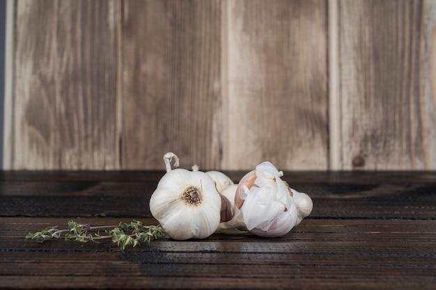 Чеснок на деревянном столе